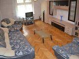 Сдаем в центре возле Примэрии 2-комнатную, после ремонта, отличную, 330 евро!