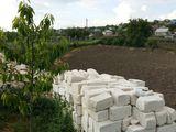 Vind lot de pamint sub constructie in satul Mereni distanta pina la Chisinau este de 10 km