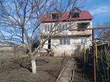 Se vind 2 case intr-o ograda. Casa in constructie si jumatate de casa cu euroreparatie