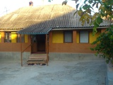 1-этажный домик с летней кухней на 6 сотках в г. Яловень по ул. Хотинулуй. Цена: 19 000 евро.