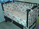 Кроватка детская б/у на колесиках, с почти новым матрацом и бортиками. pătuc cu saltea.