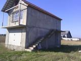 Lot de pămînt cu garaj pe el și la nivelul doi spațiu locativ.