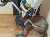 Vind cărucior stokke V 4 3in1 în stare buna. Are protecție pentru ploaie, sac pu iarna și pahar.