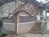 Vind casa de locuit impreuna cu cinteva portiuni de pamint.
