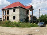 Casa nefinisata, poate fi impartita pentru 2 familii, 2 garajuri, 2 intrari ,Temelie  pentru gard