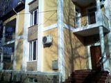 Центр   Ул.  31  August  108/2 . Сдаётся новый 3-х уровневый дом.  880 м2 = 7830 €/месяц