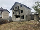 Casa duplex pentru doua familii,cu un teren mare.