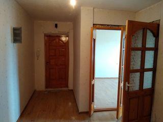 Продается просторная 3- комнатная квартира 70 кв. м. раздельные комнаты, большая кухня и прихожая, м