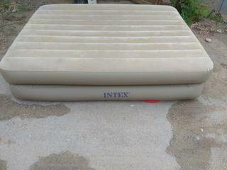 Надувная кровать Intex  (1930 X 1390 X 410) со встроенным насосом
