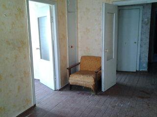 Urgent apartament cu 2 camere, balcon 6m, termopane , necesita reparatie