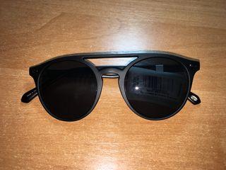 Vînd ochelari de soare