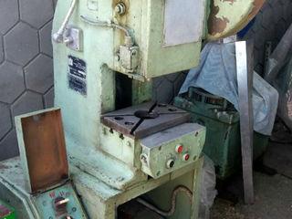 Слесарный верстак,большие тиски поворотные,пресс КД 2118Б ,головка фрезерного станка 676