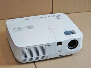 NEC NP115, 2500 Lumeni,  luminozitate puternica, lampa 5000 ore folosita 20%, 3D , sunet incorporat