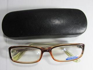 Vând ochelari de protecție împotriva durerii de ochi la calculator la preț de 180 lei.