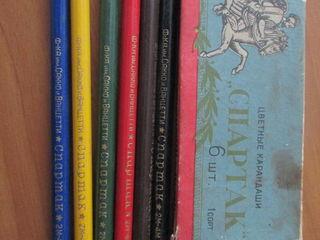 Карандаши, ручки, перья прошлых лет, готовальня.