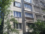 se vinde apartament cu trei odăi