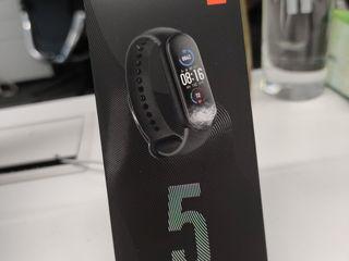 Xiaomi Miband 5 are o mulțime de fitness tracker-uri care spre exemplu îți numără pașii