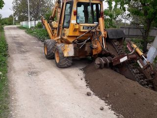 Траншеекопатель..)) Огромный плюс, возможность копать прямо под забором,не портив вашу дорогу.