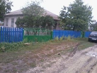 Se vinde casa cu sarai din caramida alba, beci ,apa, gaz, drum cu pietris, canalizare,   urgent