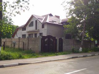 Vînd casă 260 m.p. cu 2 nivele în Ungheni, Centru