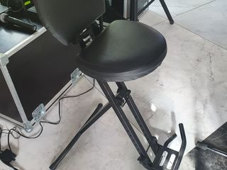 Cumpăr așa scaun , cine ma poate ajuta .