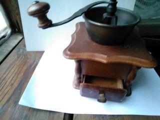 Ручная кофемолка (или для перемолки перца) с регулировкой помола.
