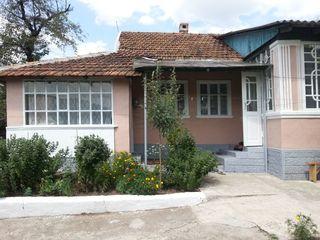 Casa este in stare buna in centrul satului cojusna