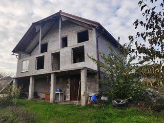 Vînd casă cu 3 nivele nefinisata în apropiere de Chișinău
