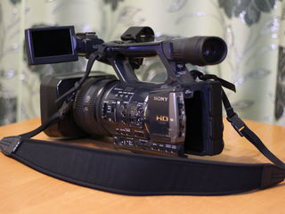 Se vinde videocamera  profesionala sony ax-2000.