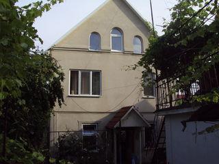 Два дома в одном дворе 3этажный и 1этажный или обмен на 2х ком+60т евро