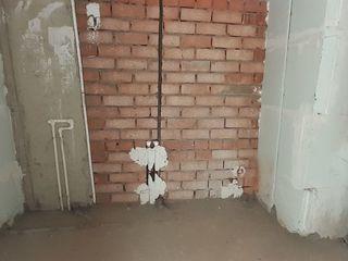 Varianta albă, 1 cameră + salon, în casă de cărămidă lingă Manej