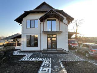 Casa e situata in centrul localitatii cu toate comunicatile !