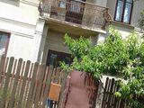 Casa cu 2 nivele chiar in centrul orasului.Cu toate comunicatiile, cu pomi fructiferi.