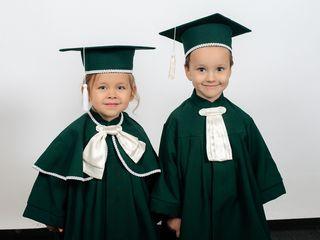 Vestimentație pentru absolvenții mici (toci, mantii, eșarfe, insigne) de la producător