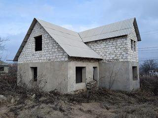 Teren 8 ari + casă nefnisată