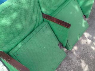 Кресло с откидным сидением. На два места(парное). В советское время такие кресла были в кинотеатрах,
