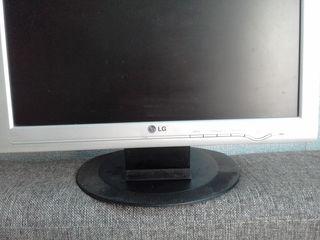 """Monitor LG 17"""" in stare de lucru."""