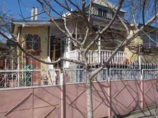 1 эт. дом, 85м2, на 2 сот. земли, в центре Ставчен, ул. Тинеретулуй 35, в 2 км от Кишинева. В доме 3
