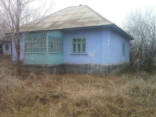 Se vinde casa in soroca batrineasca  necesita reparatie ca nu locuieste nimeni in ea