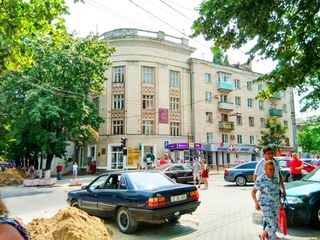 Apartament cu 3 camere, 96 m2,  Ștefan cel Mare/Tighina, etajul 3/5. Loc de parcare in curte.