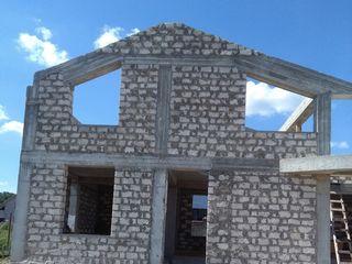 Ridicam case de la fundatie, turnarea gardurilor din biton.