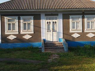 Vind casa de locuit in conditii de trait gradina pe malul riului