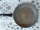 Итальянская сковорода б/у за 140 лей + набор из разных чашек за 60 лей.