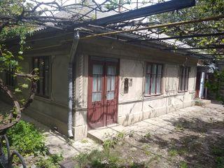Casă în centru ungheni, 6 odăi, garaj cu 2 etaje, 2 beciuri, bucătărie de vară, 6 ari - 45000 euro.