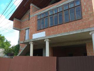 Продается большой 3-х этажный дом под жильё или коммерческое помещение, первая линия улица Киевская.