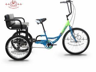 Triciclete cu scaun/coș în spate.