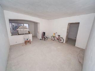 Proprietar / vând 3 camere/ partial reparat/telecentru str.Mihai Grecu/lâng vila verde 93 mp