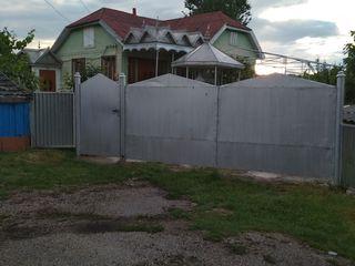 Продаю дом в центре с. Гримэнкэуць с доп. земляным участком