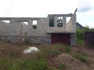 Pret nou! Cricova, casa noua, nefinisata pe un teren de 6 ari