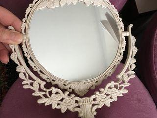 Oglindă absolut nouă, originală, cosmetică, pe o parte este cu lupă, mărește, cealaltă-obișnuită, se